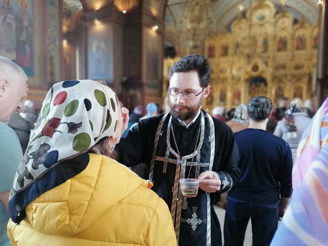 Таинство Елеосвящения в Александро-Невском соборе.